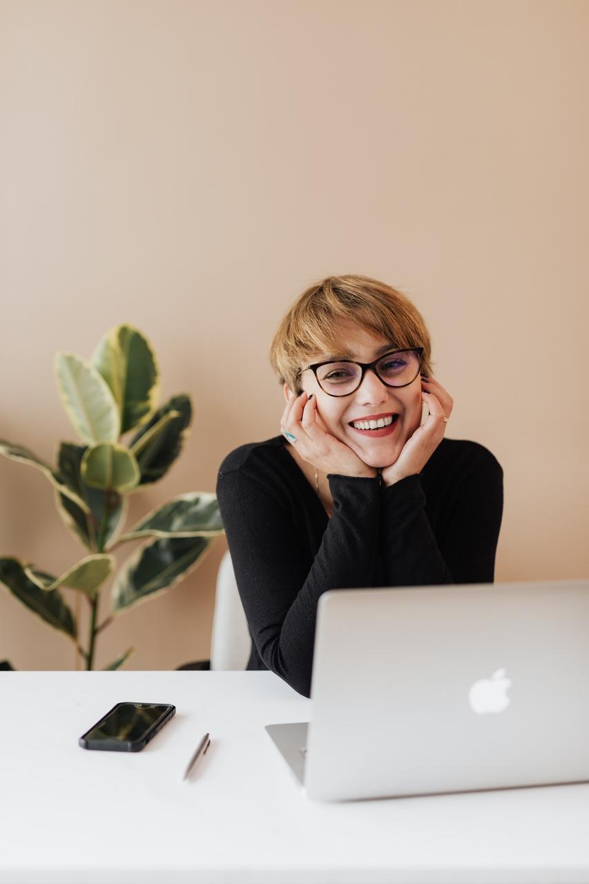Afbeelding van een jonge zakenvrouw tijdens het werk